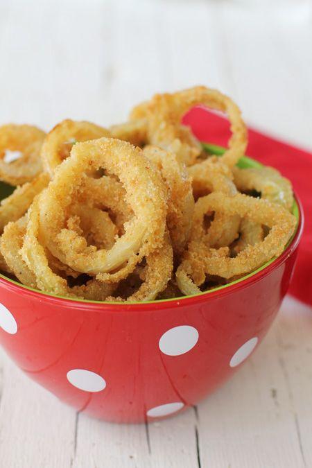 Aros de cebolla. Me encantan los aros de cebolla, es más, voy a un conocido restaurante solo por los aros de cebolla que sirven, así que hoy vamos a prepararlos en casa.