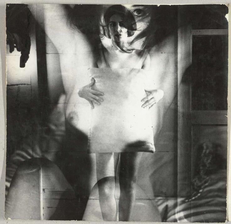 Dubbelopname van een staande naakte vrouw in een kamer met kussen voor zich, Sanne Sannes, ca. 1964-1967