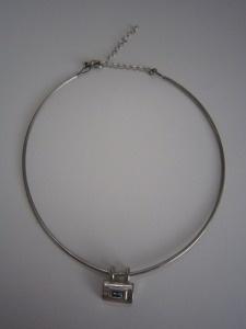 Mooie ringketting met hanger     Hanger met strass steen in blauw     Ketting in zilverkleur     Prijs € 12,-