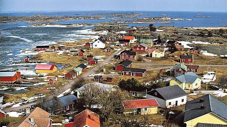Utön kylä ja majakka mereltä' päin katsottuna.