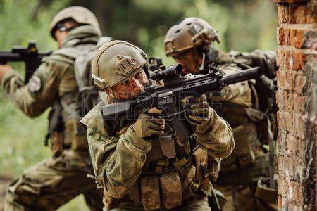 uniformes militares: soldaduras militares irrumpieron en el edificio