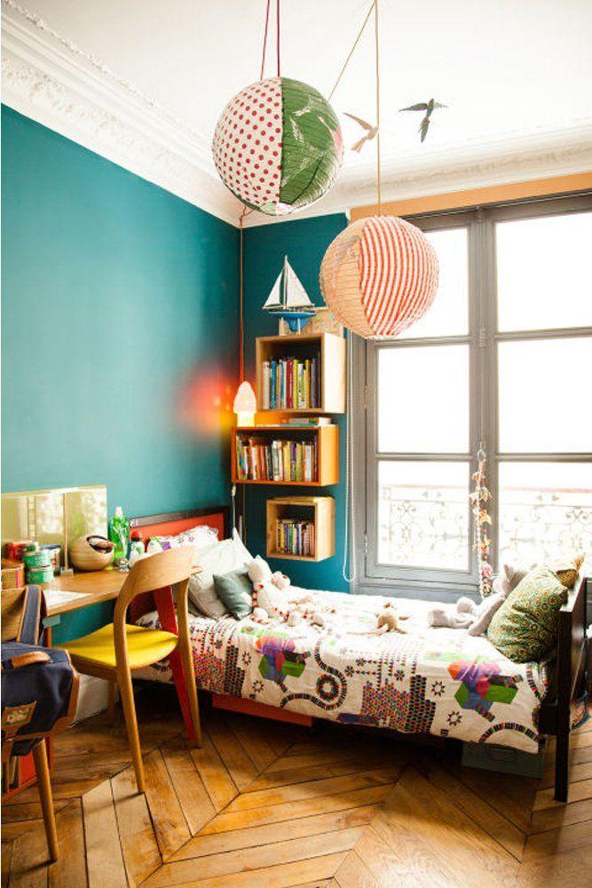 Chambre d'enfant colorée Bleu et mobiles Bois Red édition créateurs Sabrina Ficarra et Cyril Laborde