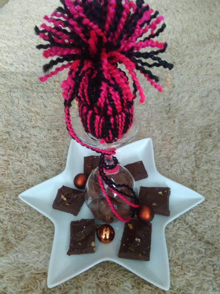 Leuke creatie om weg te geven. Leuk bord met zelfgemaakte chocoladefudge, in het midden een omgekeerd wijnglas gevuld met zelfgemaakte truffels en daar bovenop een mutsje.