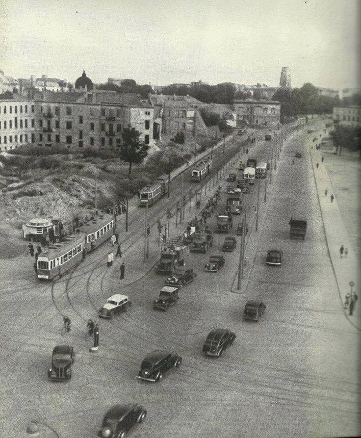 Widok placu Bankowego w kierunku ul. Marszałkowskiej - 1949 rok. W tle widoczny uszkodzony niemieckimi pociskami gmach Prudential.    ABC Warszawy.