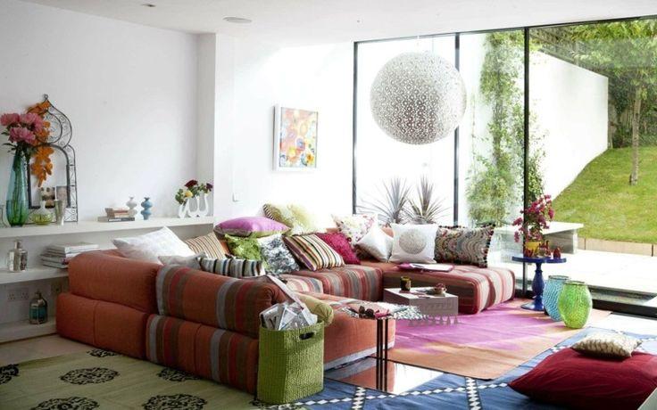salón colorido con alfombras al estilo vintage