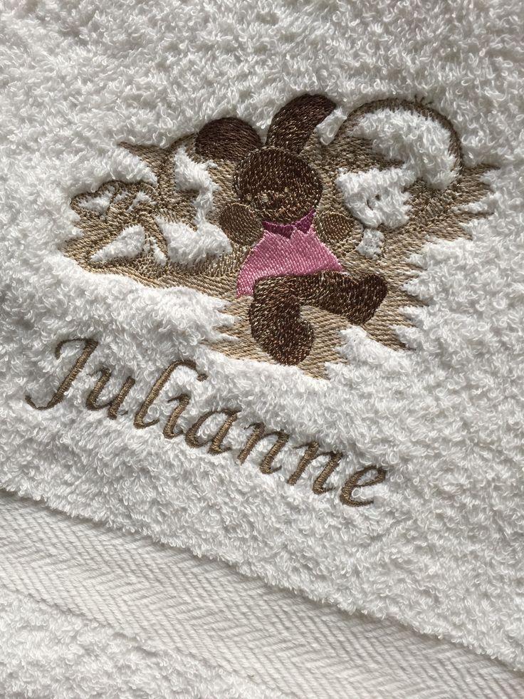 Håndklær med nydelige broderte barnemotiv, og monogrammer. Vi har også personlige servietter, badekåper, håndklær, og forklær med eget monogram til dåp, bryllup, hytten, båten etc. Skriv inn ønskede bokstaver og bestill direkte i vår nettbutikk.