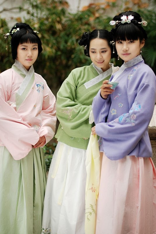 This hanfu style is known as ao-qun(襖裙)#hanfu