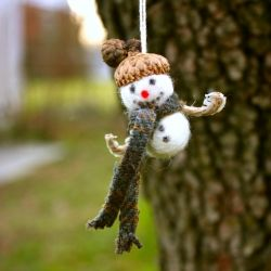 25 Christmas Crafts to make to give or to decorate with.  Including ornaments, pillows, nativities and more...