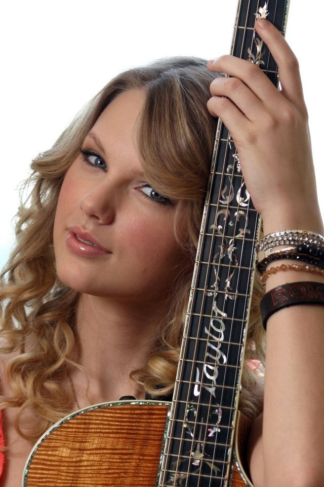 Taylor Sift <3 her guitar