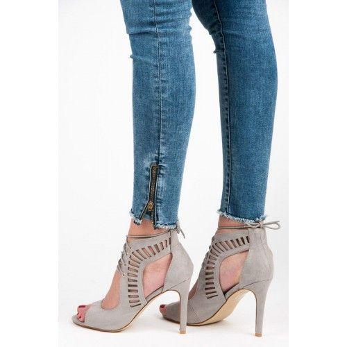 Dámské sandály Queen Bee Penela šedé – šedá Šedé sandály, kterým úplně podlehnete. Zajímavý střih s výřezy a tenký podpatek tvoří skvělý kousek. Semišové sandály jsou vybaveny o netradiční tenké zavazování a působí elegantním dojmem. …