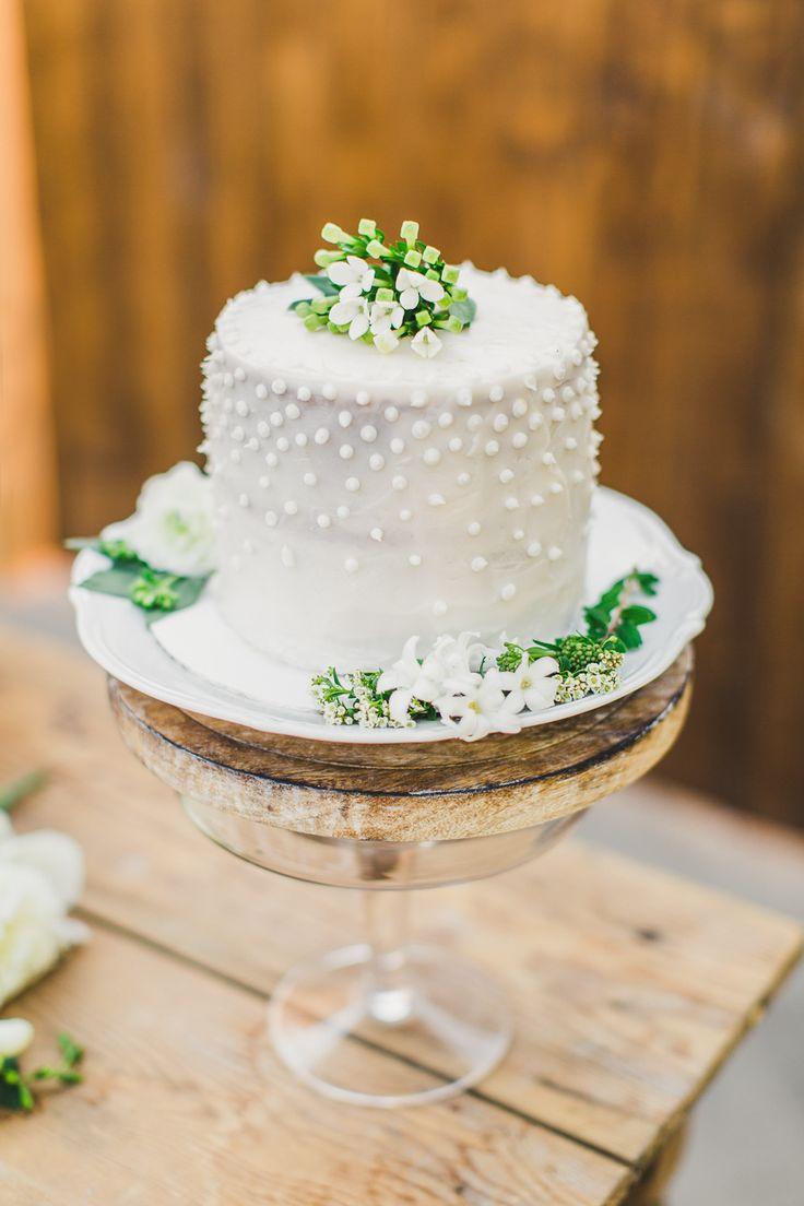 Simple wedding cake | Read More: http://www.stylemepretty.com/little-black-book-blog/2014/07/25/simple-elegant-tuscan-wedding-inspiration/ | Photography: Katie Jackson Photography - www.KatieJacksonPhotography.com