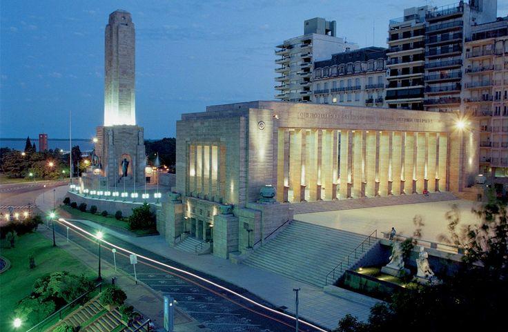 """Rosario es una ciudad hermosa, famosa por ser la cuna de la bandera nacional y, según comentan, de las mujeres """"más lindas de la Argentina"""". De día, los balnearios y toda la costa del Río Paraná, a cuya vera se erige la ciudad, resultan un paseo imperdible. El elegante Parque Independencia alberga museos y clubes …"""
