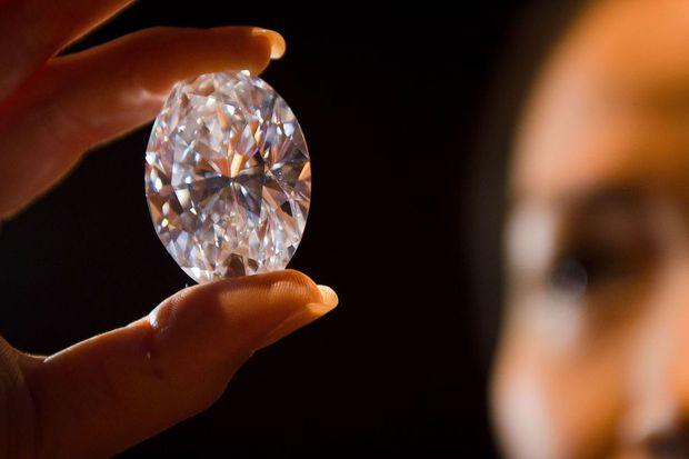 Il trouve par hasard l'un des plus gros diamants du monde. Pendant cinq ans, la recherche de diamants a surtout été pour le pasteur sierra-léonais Emmanuel Momoh un moyen de joindre les deux bouts. Mais avec la découverte en mars d'un énorme diamant, ses prières pour sortir de la pauvreté semblent avoir été entendues.