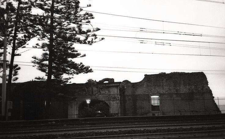 Genova, binari del treno, bianco e nero su pellicola, natura