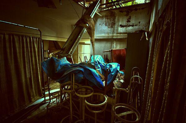【所在地】神奈川県小田原市城山  小田原市の小高い丘の上に佇む廃病院。 経営難等ではなく、移転により廃墟化したようだ。 古い医療器具が裏手の廃屋部分に置かれており、 未だに管理されている。 建物は著しく崩壊が進んでいるので注意。