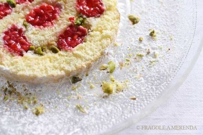 Arrollado de frutos rojos enteros  y pistachos