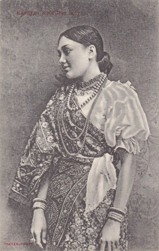 Kandyan_Sinhalese_Lady_Wearing_A_Traditional_Kandyan_Saree_(Osaria).jpg (547×861)