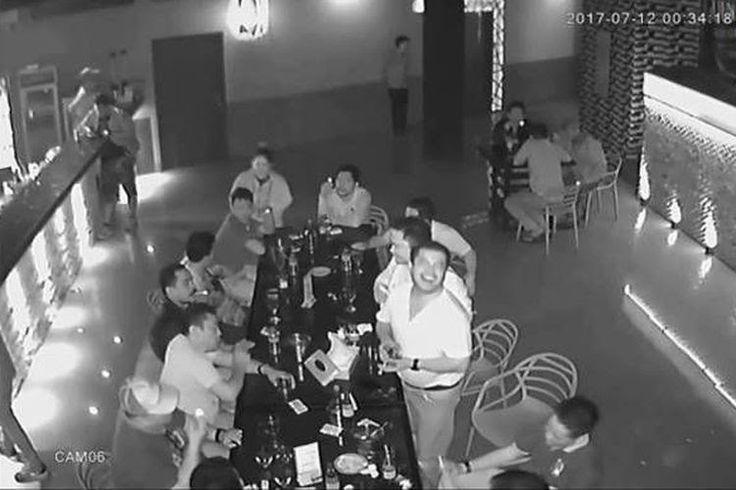 Viral , Video Pria Diduga Kapolres Simalungun Mabuk  ForumViral.com - Video yang memuat seseorang diduga Kapolres Simalungun AKBP Marudut Liberti Panjaitan sedang mabuk minuman keras di sebuah ruangan tempat karaoke dipenuhi minuman keras ( miras) hingga mencekoki seorang pengunjung dengan miras beredar.  #Polres  #polisi #Polda #AKBP #Simalungun #Berita Viral #Berita Terkini #Berita Online #Berita Terpercaya #Forum Viral Berita #Berita Terupdate #Viral #Forum #berita #Hoax #Meme #Indonesia…