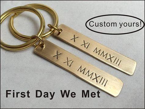 Personalisierte Freund Schlüsselanhänger 1 Jahr Jahrestagsgeschenke für Freund Jahrestagsgeschenk für Männer Mann römische Ziffer Schlüsselanhänger, Geschenk für ihn ** Paare Schlüsselanhänger Satz ** für 2 Stück Das Pärchen-Schlüsselanhänger-Set ist das beste Geschenk für #boyfriendanniversarygifts
