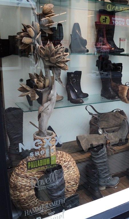 Herfstetalage Claessens schoenen Deventer