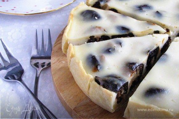 Пирог с черносливом в сметанной заливке.