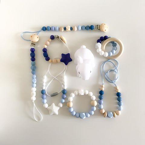 🐟🌊BLUE & MARINE TIME 🌊🐟 . El blanco junto con la variada gama de azules son colores que incitan y sugieren al verano. . Aquí una pequeña muestra de lo que puedes lucir junto a tu bebé esta temporada estival! . Ahora GASTOS DE ENVÍO GRATIS!!! . Promoción válida hasta el 31 de Mayo y para el territorio nacional. . . #teether #teethingbaby #teethertoys #pacifierclip #portachupetes #chupeterosilicona #chupetero #azules #coloresdeverano #collardelactancia #collarmordedor
