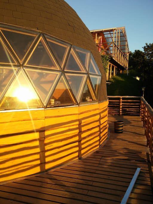 Entire home/apt in Castro, Chile. Es un domo construido con maderas nativas (alerce, mañio, cipres). Esta ubicado en la entrada norte de la ciudad sector TenTen costero a solo 5 min desde el centro y a 15 min. del aeropuerto, con vista privilegiada hacia los palafitos y mar interior.