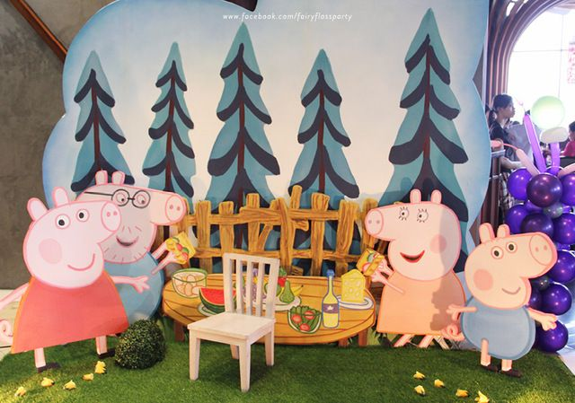 What a great Peppa Pig photo booth #peppapig #photobooth
