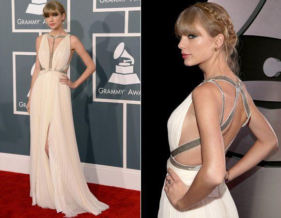 Taylor Swift tem adorado usar vestidos brancos em red carpets! Foi com sua nova cor preferida que ela desfilou no red carpet do Grammy 2013: com inspiração grega, a peça da grife J. Mendel recebe detalhes prateados no colo, cintura e costas.