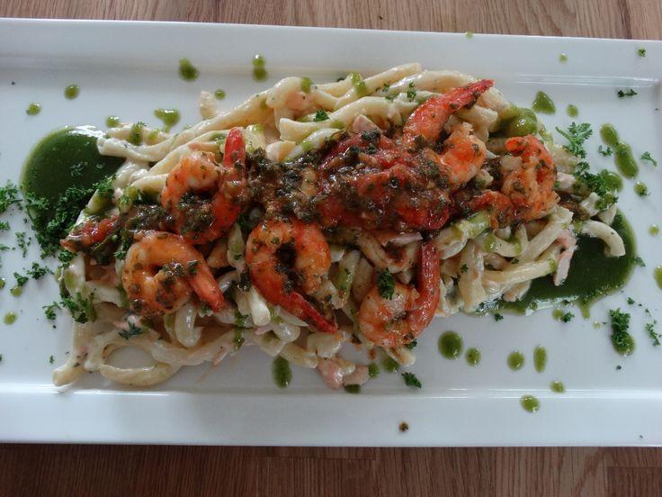 Dimitri is een echte pasta liefhebber en creëerde een fantastisch recept voor een pasta Spaccatelli met zalm, gamba's en verse pesto.
