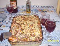 1 kg de batata cozida e amassada - 500 g de carne moída - 2 colheres (sopa) de maisena - 3 colheres (sopa) de margarina - 2 ovos - 1 xícara (chá) de leite fervendo - 1 colher (sopa) de fermento em pó - 4 colheres (sopa) de farinha de trigo - 1 pires de queijo ralado - 200 g de presunto em fatias - 200 g de mussarela em fatias - 4 colheres de chá de catupiri ou requeijão (opcional) -