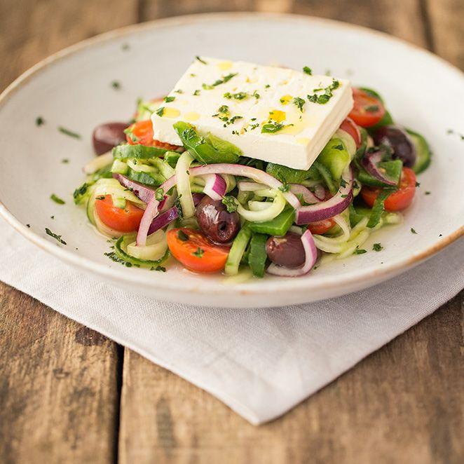Eine leichte Pasta-Alternative gefällig? Mit einem Spiralschneider verwandeln Sie Gurke und Co ruckzuck in die gewünschten Gemüsefäden. Dieser Gurkenpasta-Salat, kombiniert mit Oliven, Zitrone und Feta, bringt Ihnen den Süden auf den Teller und schmeckt dabei genauso erfrischend wie er aussieht.