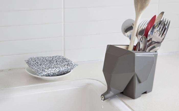 洗ったあとのスプーン、フォーク、箸などを入れておくカトラリー容器。デザインがかっこいいものはあるけれど、しっかり水切りができないのが難点。このアイテムなら水切りもできて、キッチンに置いてもデザイン的に大丈夫。