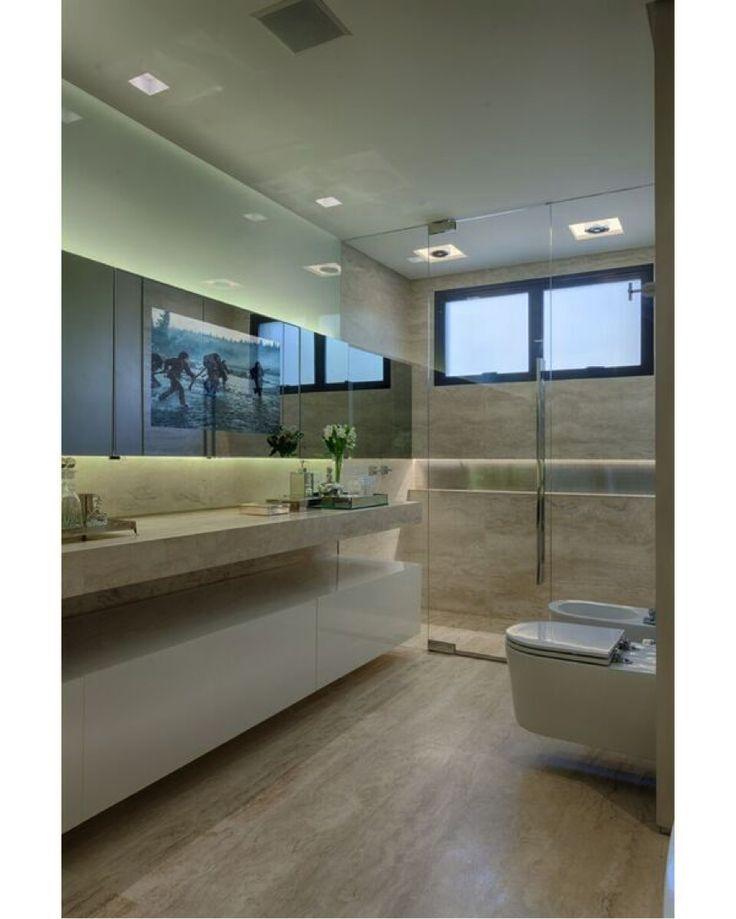Este show de banheiro possui painel de espelho ao longo da bancada, com iluminação embutida e fechamento da parte superior em vidro acidato. O box em cristal incolor, com perfis embutidos, completa o ambiente sofisticado e minimalista. Tudo da Vintage Vidros Fabuloso!! #banheiro  #espelho #design #interior #bathroom #interiores