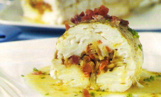 Receta de Merluza rellena de jamón serrano en http://www.recetasbuenas.com/merluza-rellena/ Prepara esta receta de pescado de merluza rellena de una forma fácil y rápida. Rellena la merluza de champiñones y jamón y tendrás un plato delicioso. #recetas #Pescado #merluza