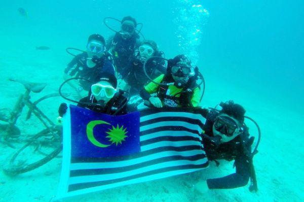 Bandera de Malasia bajo el agua. Visite nuestra página y sea parte de nuestra conversación: http://www.namnewsnetwork.org/v3/spanish/index.php  #nnn #bernama #malasia #malaysia #sea #oceano #foto #pic #selfie