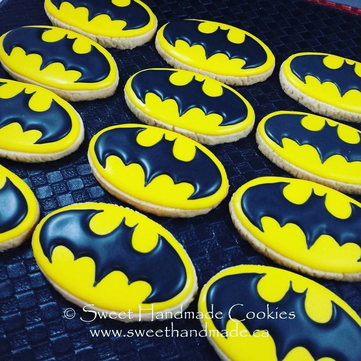 🎶 Nah nah nah nah nah nah nah nah BATMAN! 🎶 Yes, this song was stuck in my head the entire time I worked on this order. 😄  #sweethandmadecookies #customcookies #decoratedcookies #designercookies #cookies #bradfordontariocookies #torontocookies #torontodecoratedcookies #gtacookies #gtadecoratedcookies #batman #batmancookies #comiccookies