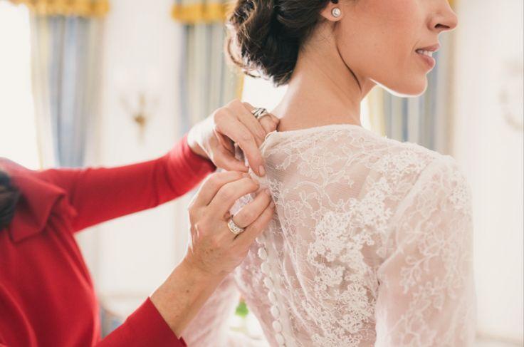 La boda urbana y elegante de Elena y Marcus: boda en el hotel Ritz de Madrid, bodas elegantes, bodas urbanas. Vestido de novia de encaje de Navascués con fajín de seda rosa palo, zapatos de Gianvitto Rossi