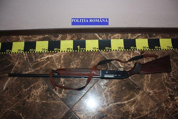 În cursul zilei de ieri, poliţiştii au depistat în trafic, un bărbat de 46 de ani, având asupra sa o armă şi un cuţit de vânătoare, mai multe cartuşe şi vânat.