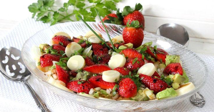 Una ensalada deliciosa de palmitos y fresas regada con crema de vinagre balsámico ideal como primer plato que puedes ver en mi blog Julia y sus recetas
