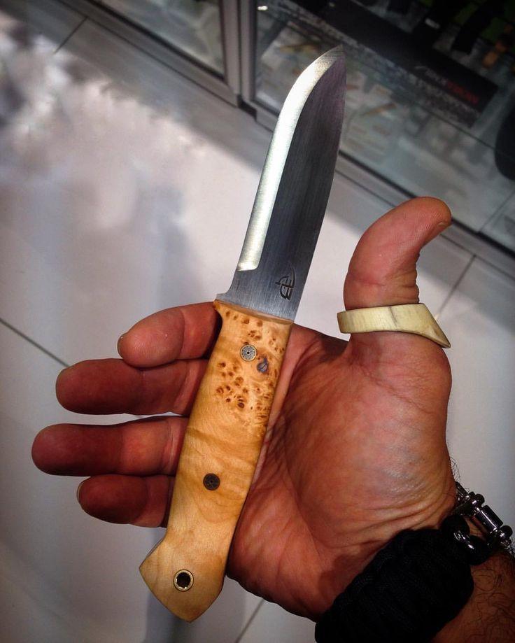 bushcraftturk:    Türkiyede de el yapımı çok kaliteli bıçaklar yapılabiliyor Yıllardır takip ettiğim ve bıçaklarını herkese önerdiğim @bushcraftstore Bülent usta ile sonunda #prohunt kampçılık fuarında tanışabildim. Bıçaklarının her bir malzeme kalitesi ve işçiliğiyle kusursuz. Açık ara Türkiyedeki en iyi el yapımı Bushcraft bıçakları Resimdeki model D2 çelik ve mapple Sap ile mükemmel duruyor Detaylı bilgi @bushcraftstore Bülent ustada #knife #bushcraftknife #steel #blade   #bushcraft…