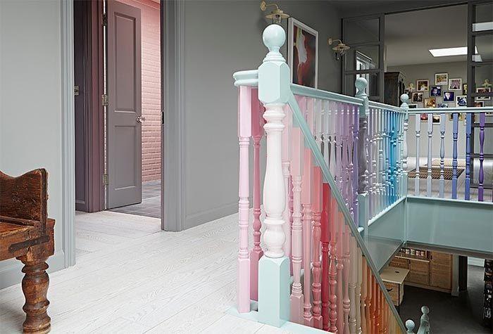 2-escalera-madera-pintada-de-azul-claro-con-barandilla-barrotes-colores