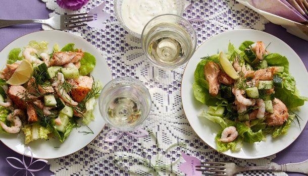 En dejlig nem salat der smager skønt! Hvis du er lidt træt af den klassiske rejecocktail, så er denne her opskrift et rigtig godt alternativ.