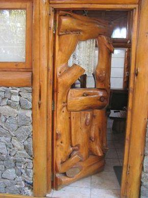Puerta hecha con troncos