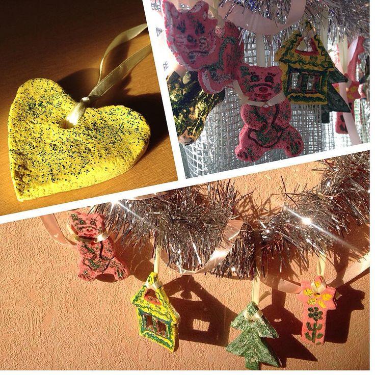 Доброго дня всем)) Наши самодельные елочные игрушки готовы - просто и мило получилось😉🎄💛🐻🐱🏡😊 Давно я не бралась за такие творческие поделки, а вчера вместе со своей малышкой увлеклись волшебным процессом)) #новогодняяфантазия2017_задание1 для @alexsandraevs @zhannavladimirovna @natali.artist #ночогодняяфантазия2017 #игрушки #елочныеигрушки #поделки #игрушкиизсоленоготеста #decor #newyeardecor