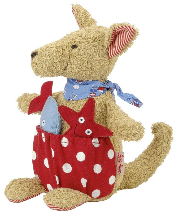 SHERLOCK Sherlock es un canguro divertido, que invita a los niños a abrazar y jugar. En su bolsa de Sherlock trae un pez y una estrella de mar,  divertidos juguetes para la dentición que crujen cuando se agarran. Adecuado para niños desde el primer día de vida.  Medidas aproximadas: 29 cm Edad recomendada: A partir de 0 meses PVP: 31,60 e #peluche #juguetesbebes http://www.babycaprichos.com/peluche-para-bebe-canguro-sherlock.html