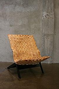 """Wilhelmiina Kosonen: BBKING, 2009.    BBKING on puurunkoinen lepotuoli, jossa on tuohesta punottu """"istuinpussi"""".    Puu, tuohi."""