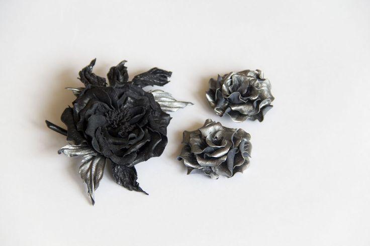 Две серебряные розочки с креплением на клипсах для обуви. Но можно украсить сумку, куртку, укрепить на браслете. Преимущество такого крепления - не надо прокалывать вещь, чтобы закрепить, что важно для кожаных изделий. #кожа#цветыизкожи#натуральнаякожа#цветок#брошьизкожи#кожаныеаксессуары#цветы#украшенияручнойработы#роза#серебрянаяроза