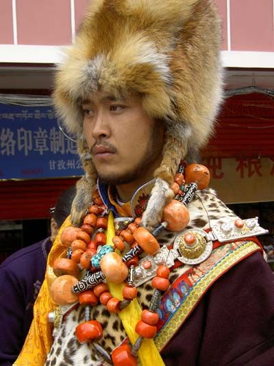 Tibetan custom tibetan costume     www.intowestchina.cn/NewsRead.asp?ArticleID=701#
