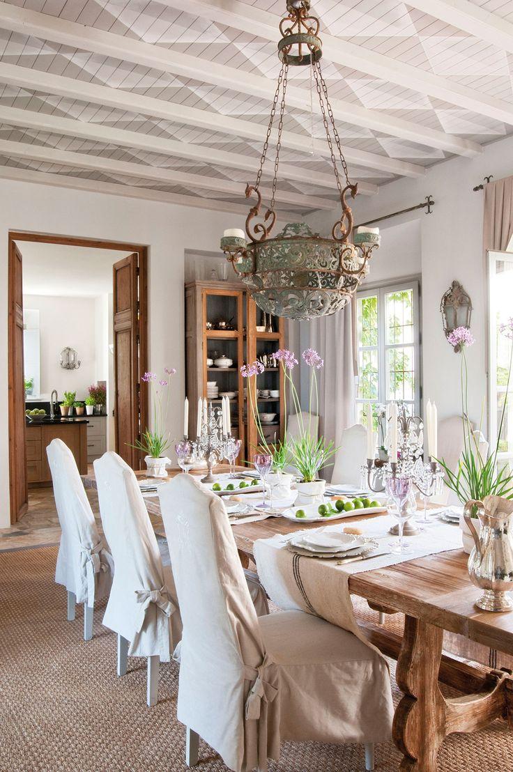 Comedor clásico-actual con techo con vigas blancas y entrevigas decorado con rombos en blanco y gris